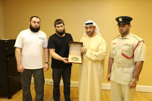 Вручение памятного сувенира от шейха Мухаммада бин Рашида аль Мактума в знак благодарности!
